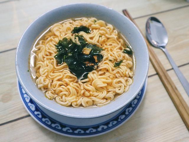 plato japonés con algas marinas